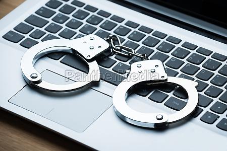 kajdanki na laptopie
