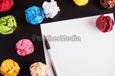 pomarszczone kolorowe papiery z bialym papierze