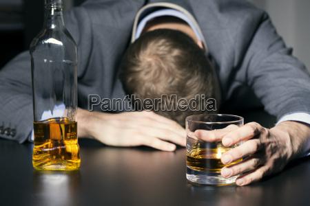 uzaleznienie od alkoholu pijany biznesmen