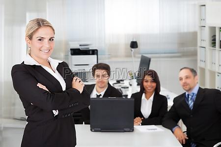 kobieta biznesu i jej zespol