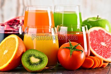 szklanki swiezych organicznych sokow warzywnych i