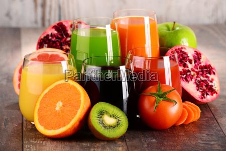 szklanki swiezych warzyw organicznych i sokow