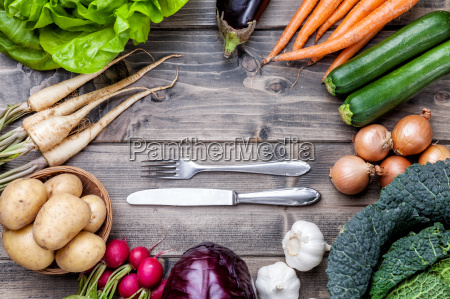 Swieze organiczne bio warzywa na drewnianym