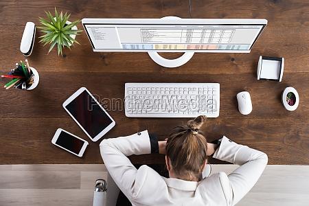 kobieta interesu spanie w miejscu pracy