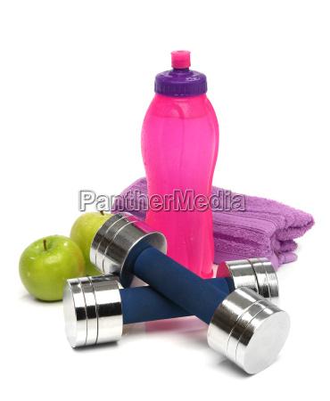 koncepcja fitness z butelka wody recznikiem