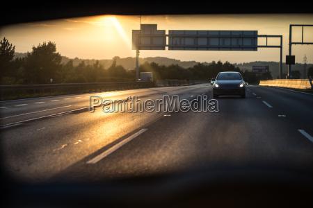 samochody na autostradzie o zachodzie slonca