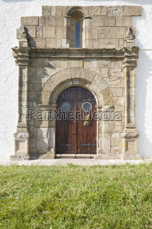 pomnik kamien pestka drewno drewna drzwi
