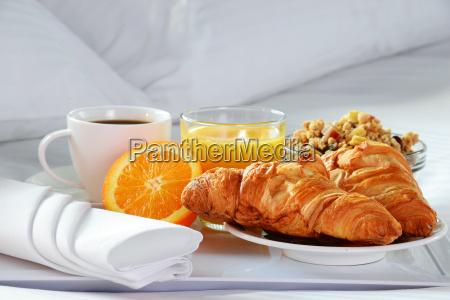 Sniadanie w lozku w pokoju hotelowym