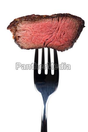 grillowany stek na widelcu
