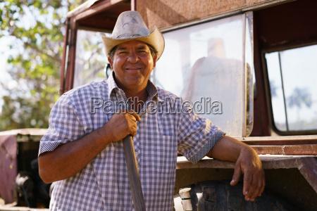 portret szczesliwy czlowiek rolnik opierajac sie