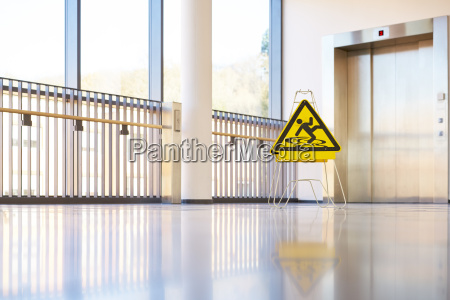 tarcza niebezpieczenstwo korytarz budynek nowoczesny