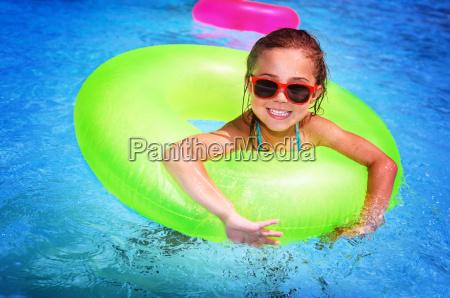 wesola dziewczyna w basenie