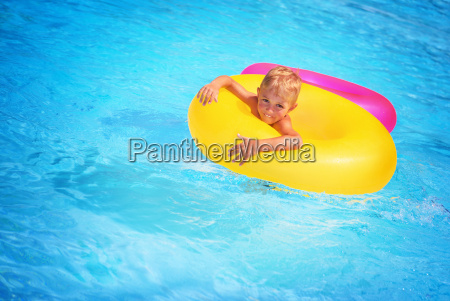 happy chlopca w basenie