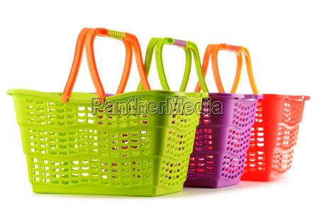 trzy puste plastikowe kosze na zakupy