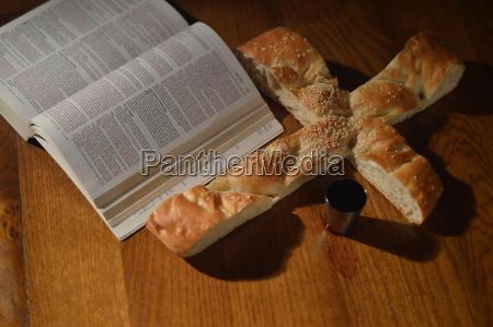 wieczerza z biblia chleb w ksztalcie