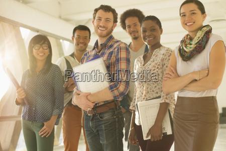 portret szczesliwych kreatywnych ludzi biznesu