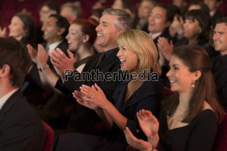 klaskanie publicznosci teatru
