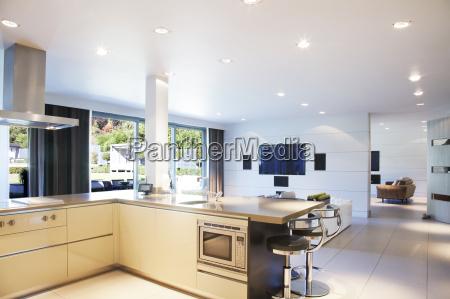 kuchnia i salon w nowoczesnym domu