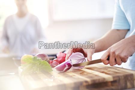 kobieta krojenia czerwona cebula na pokladzie
