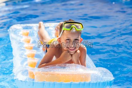 casual boy zabawy w basenie