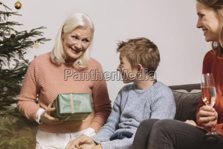 wnuk otrzymaniu prezent od babci na