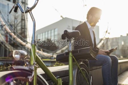 niemcy frankfurt mlody biznesmen z rowerem