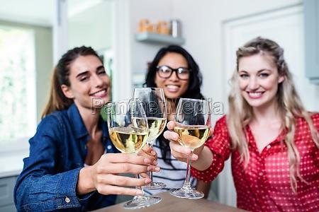 potrait z szczesliwy mlody zenski przyjaciele
