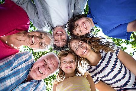 usmiechnieta rodzina z glowami w kregu