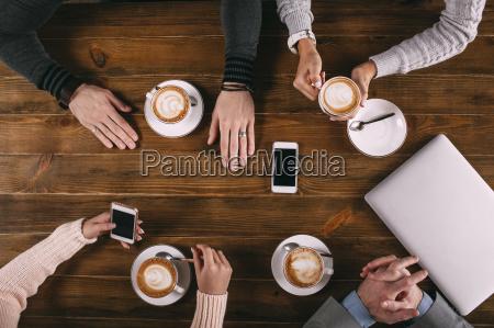 bezposrednio nad strzale przyjaciol kawie na