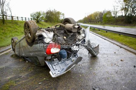 rozbil sie samochod na autostradzie