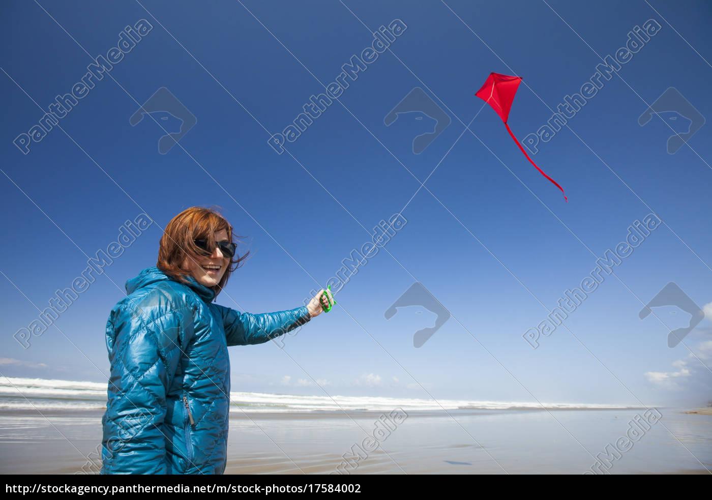 młoda, kobieta, lata, czerwony, latawiec, na - 17584002