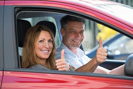 para siedzi w samochodzie
