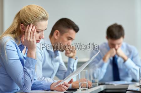ludzie biznesowi majacy problem w biurze