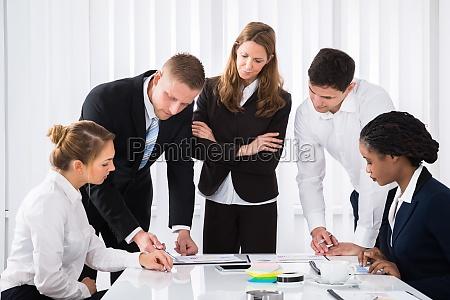 biznesmeni analizowanie wykresow