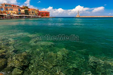 stary port w sloneczny dzien chania