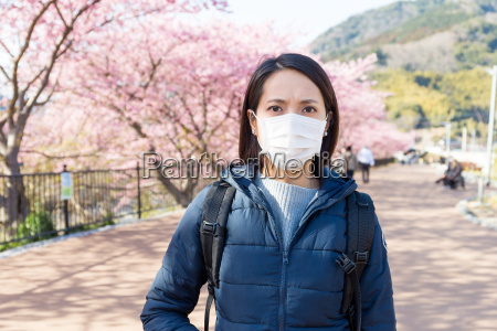 kobieta cierpi na alergie na pylki