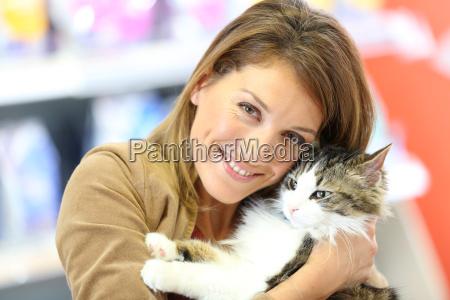 portret usmiechnieta kobieta gospodarstwa kot