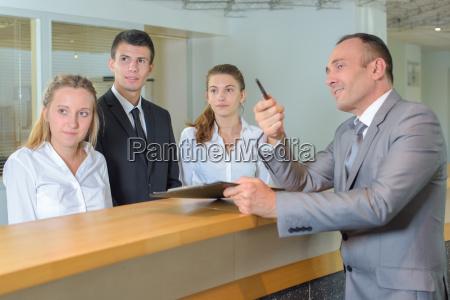 personel hotelu po spojrzeniu opiekuna