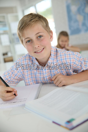 portret 12 letniego chlopca w klasie
