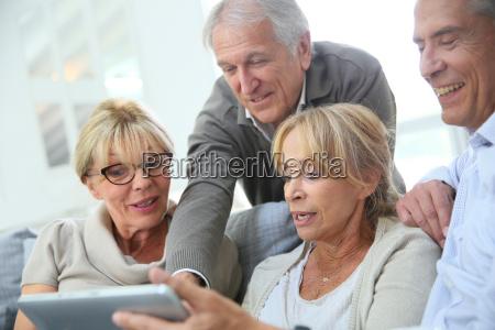 grupa, emerytowanych, osób, siedzących, na, kanapie - 17870582