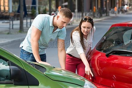 kobieta pokazano samochodow zderzenia
