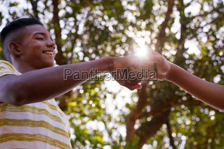 czarno biale nastolatki laczace rece przeciwko
