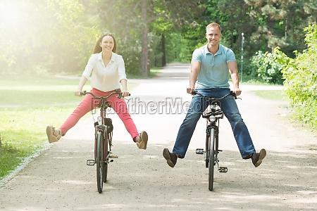 szczesliwa para jazda na rowerze w