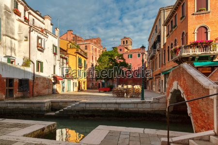 kolorowy boczny kanal i most w