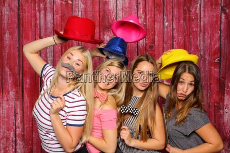 mlode kobiety bawia sie fotobooth dziewczynki