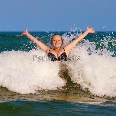 dziewczyna i morze fala