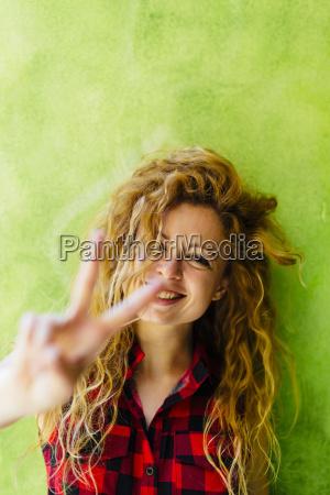 portret pokazuje zwyciestwo znaka usmiechnieta kobieta