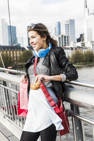 młoda, kobieta, w, mieście, z, torby - 18010190