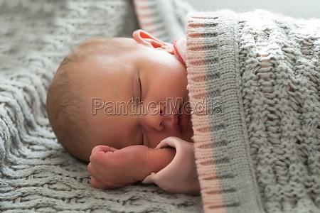 dziecko dziewczyna spi