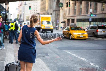 girl callinghailking taxi cab na manhattanie
